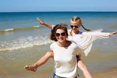 Родитель и ребенок счастливо тратят время совместно Стоковое Изображение RF