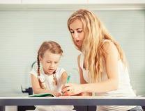 Родитель учит, что ребенок пишет Стоковые Изображения RF