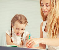 Родитель учит, что ребенок пишет Стоковое Изображение RF