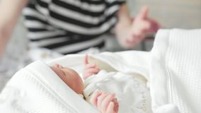 Родильный дом - работник больницы swaddling newborn младенец видеоматериал