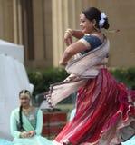 Родная индийская женщина танцует на культурном фестивале Стоковые Изображения RF