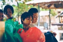 Родные филиппинские люди совместно на пикнике на выпуске облигаций семьи летнего отпуска Стоковое Фото