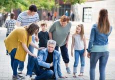 Родственники приближают к деду который заполняя боль в сердце стоковые фотографии rf
