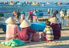 Родственники семьи ждать возвращающ от моря стоковые изображения