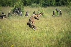 Роль - сыграйте реконструкцию одного из сражений Второй Мировой Войны на окраинах Москвы в зоне Kaluga в России Стоковое Изображение RF