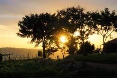 Руандийский человек идя в заход солнца стоковые фотографии rf