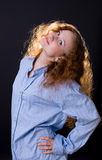 рубашка голубой девушки с волосами красная стоковые изображения