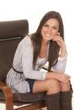 Рубашка женщины серая сидит улыбка стоковые фото