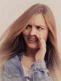 Рубашка джинсовой ткани девушки сплетни нося Стоковое фото RF