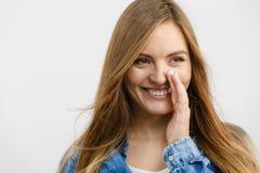 Рубашка джинсовой ткани девушки сплетни нося Стоковая Фотография RF