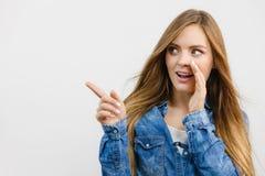 Рубашка джинсовой ткани девушки сплетни нося Стоковое Изображение RF