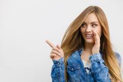Рубашка джинсовой ткани девушки сплетни нося Стоковая Фотография