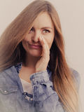 Рубашка джинсовой ткани девушки сплетни нося Стоковое Фото