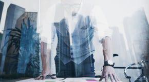 Рубашка, жилет и смотреть бородатого молодого бизнесмена нося белая новый запуск принципиальная схема дела успешная двойник Стоковая Фотография
