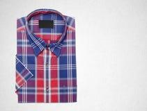 рубашка или рубашка платья человека на предпосылке Стоковые Фото