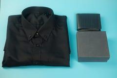 Рубашка и подарочная коробка Счастливый день отцов стоковые фотографии rf