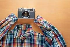 Рубашка и ретро камера стиля Стоковое фото RF