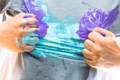 Рубашка и рука пакостные с краской в супергерое представляют Стоковая Фотография