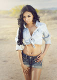 Рубашка и шорты джинсовой ткани женщины нося Стоковые Фотографии RF
