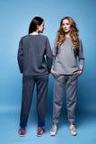 Рубашка костюма 2 красивых одежд женщины сексуальных вскользь и tre брюк Стоковые Фотографии RF