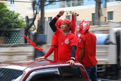 рубашка красного цвета протестующего руки розовая Стоковая Фотография