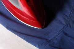 рубашка красного цвета утюга Стоковая Фотография RF