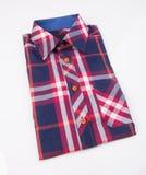 Рубашка рубашка людей на предпосылке Стоковое Фото