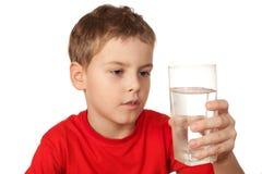 рубашка мальчика стеклянная резвится вода Стоковые Изображения RF