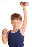 Рубашка мальчика голубая делая тренировки с гантелями над белым backgro Стоковое Фото