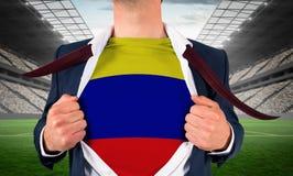 Рубашка отверстия бизнесмена для того чтобы показать флаг Колумбии Стоковые Изображения RF