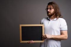 Рубашка поло молодого бородатого человека нося белая против серого backgrou стоковое фото