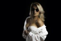 Рубашка платья белокурых стекел авиатора Latina белая Стоковые Фото