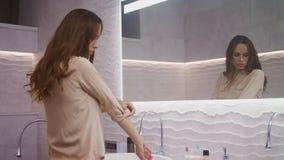 Рубашка установки бизнес-леди в bathroom Longhair носить дамы закрывает акции видеоматериалы