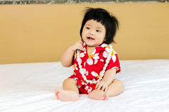 Рубашка цветка азиатской девушки ребенка нося Стоковые Изображения RF