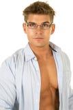 Рубашка человека голубая открытая в стеклах смотря близкий Стоковые Изображения