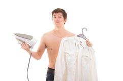 Рубашка человека утюжа Стоковые Изображения