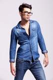 Рубашка джинсыов молодого человека нося Стоковое Фото
