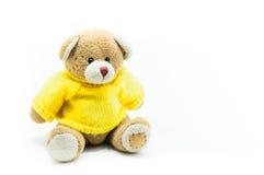 Рубашки желтого цвета носки игрушки плюшевого медвежонка Брайна сидя на белизне Стоковое Изображение