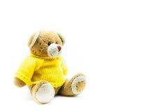 Рубашки желтого цвета носки игрушки плюшевого медвежонка Брайна сидя на белизне Стоковые Фотографии RF