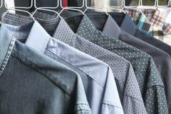 Рубашки на свеже проутюживенных химчистках стоковые фото