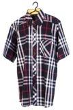 рубашки рубашки человека на вешалках Стоковое Фото