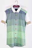 рубашки рубашки человека на вешалках Стоковые Изображения RF