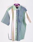 рубашки рубашки человека на вешалках Стоковые Фото