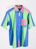 рубашки рубашки человека на вешалках Стоковое фото RF