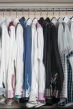 рубашки рубашки человека на вешалках Стоковые Фотографии RF