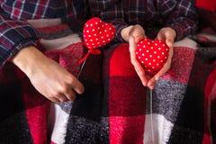 Рубашки шотландки пар любовной истории Romance держа красный цвет вручают 2 сердцам молодой любящий день валентинки женщины челов Стоковое Фото