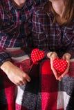 Рубашки шотландки пар любовной истории Romance держа красный цвет вручают 2 сердцам молодой любящий день валентинки женщины челов Стоковые Фотографии RF