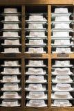 Рубашки штабелированные на полке в магазине Стоковое Изображение