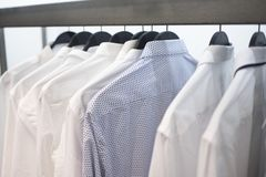 Рубашки ` s людей на вешалках 3 Стоковые Фотографии RF