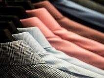 Рубашки ` s людей вися на шкафе в универмаге Стоковое Изображение RF